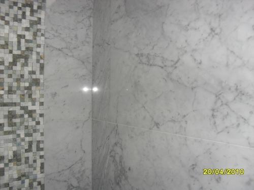 baldosa de marmol blanco carrara con pepelmas en la pared