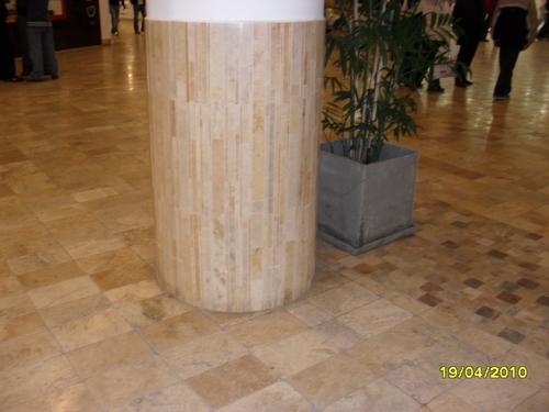 chão em travertino e coluna