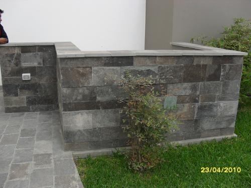 camino y jardinera en piedra talamoye o piedra granitica
