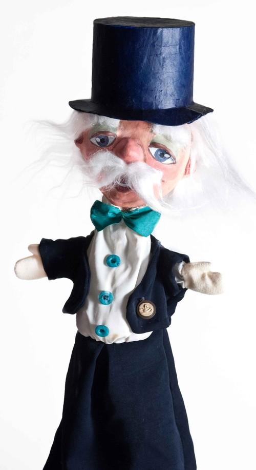 Sr. Corales, Director de la Compañía