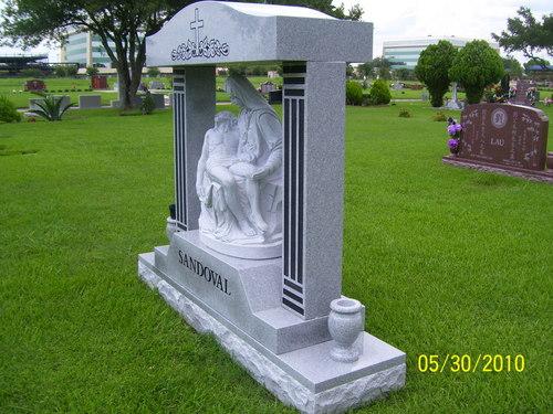 MONUMENT MET BEELDHOUWKUNST IN ITALIË BEROEPEN