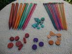 Palillos y botones en diversos colores