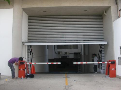 Puerta levadiza para edificio con tranquera vehicular