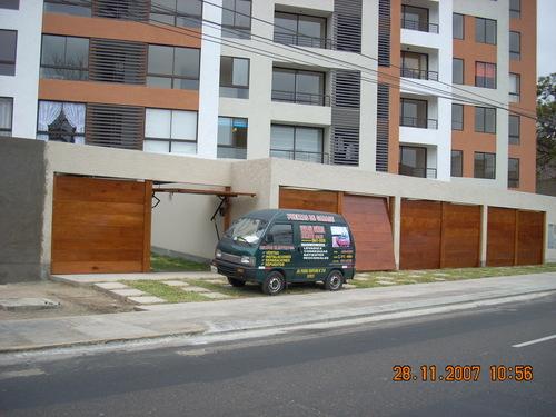 Puerta levadiza de madera a control remoto