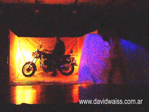 De magie van David Weiss, verschijnt een motorfiets.