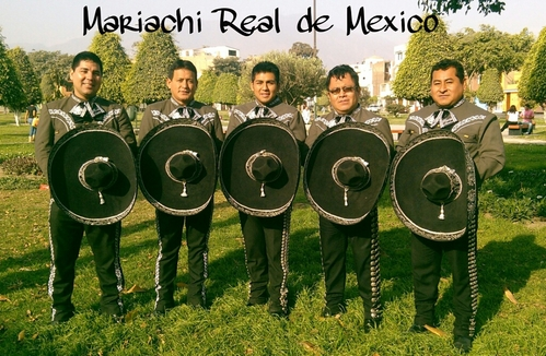 Mariachi Real de Mexico door Carlos Ramos in La Molina