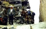 Arriero y Burrito cargando el equipaje del trek