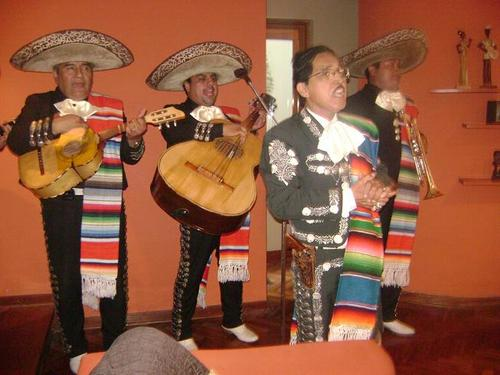 Mariachis in Olivos, Rimac, comma, independence
