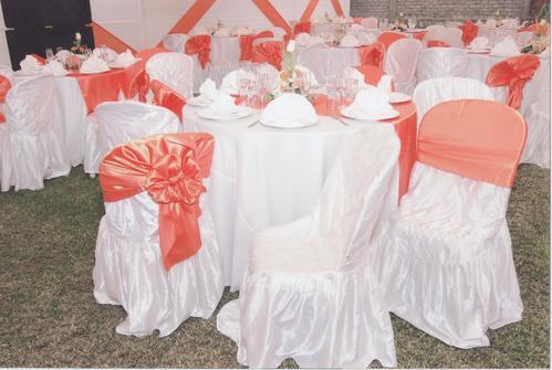 Mesas y sillas de plastico vestidas