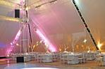 mesas cuadradas ,toldo alto,parlantes aereos,luminaria ,pista de baile