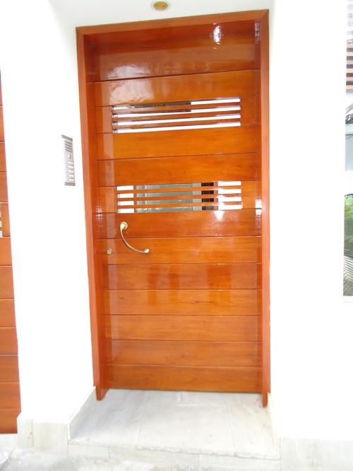 Puerta principal en cedro