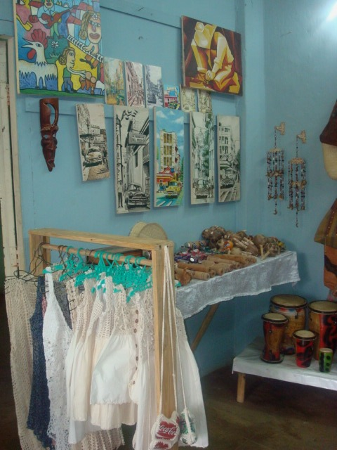 Tienda de artesanía en la calle principal de viñales, cuba