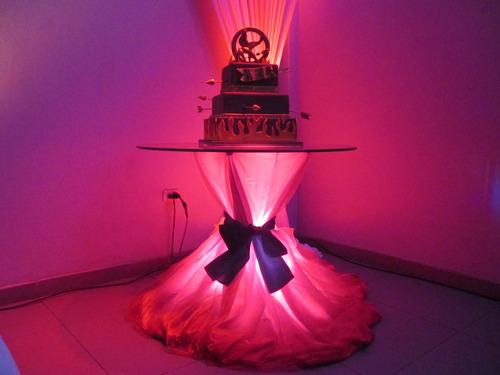 Mesa de torta iluminada /Jorge Blas