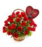 Cesta con rosas rojas y globo