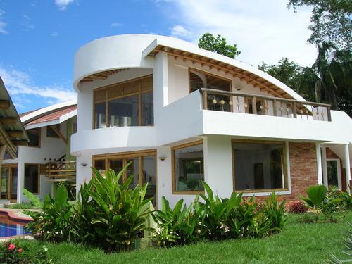 Casas que combinana formas y materiales