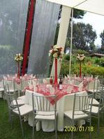 Mesa redonda y sillas plateadas.